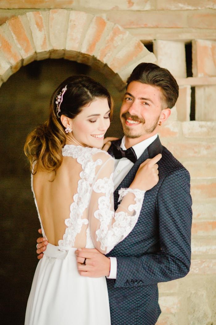 robe de mariée manche longue transparente aux appliques en dentelles florales avec un joli décolleté dos rond