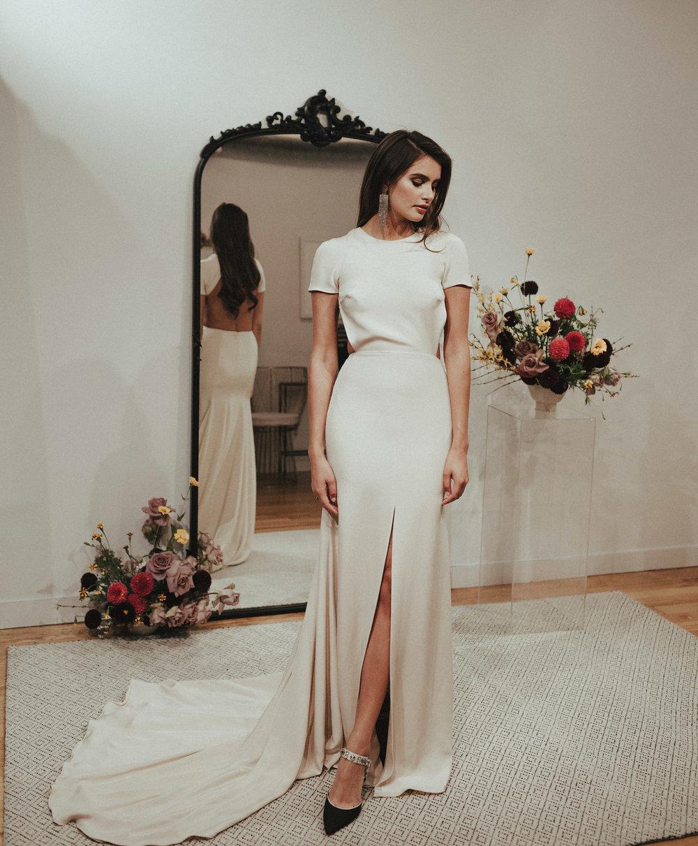 contraste entre le design simple au devant de la robe mariee dos nu et l'arrière à décolleté ouvert sensuel