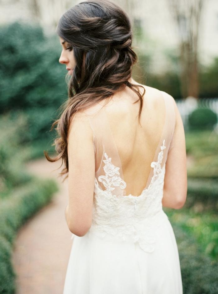 une robe de mariée bohème chic à coupe fluide et légère, avec un décolleté dans le dos mis en valeur par les bretelles transparentes