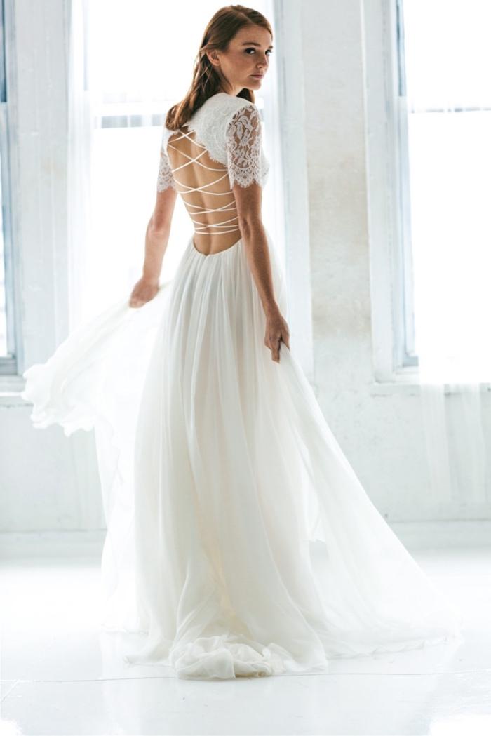 robe de mariée à dos nu bohème chic à bas fluide en contraste avec le bustier en dentelle à dos nu croisé