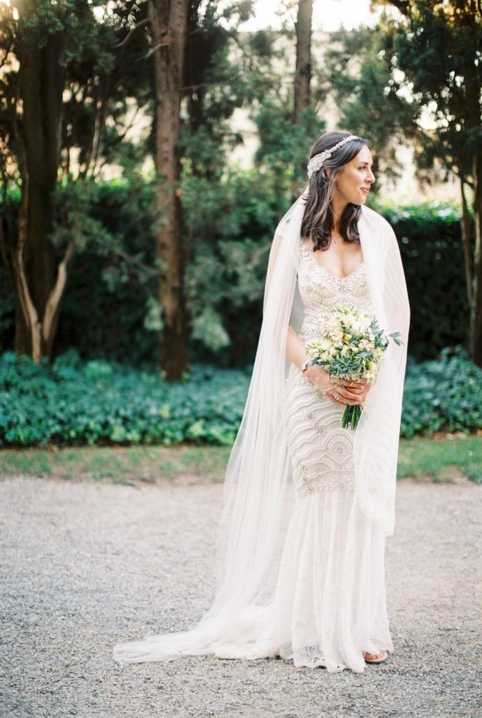robe de mariée bohème chic d'allure vintage inspirée des années 20, à joli dos décolleté et à incrustation de perles