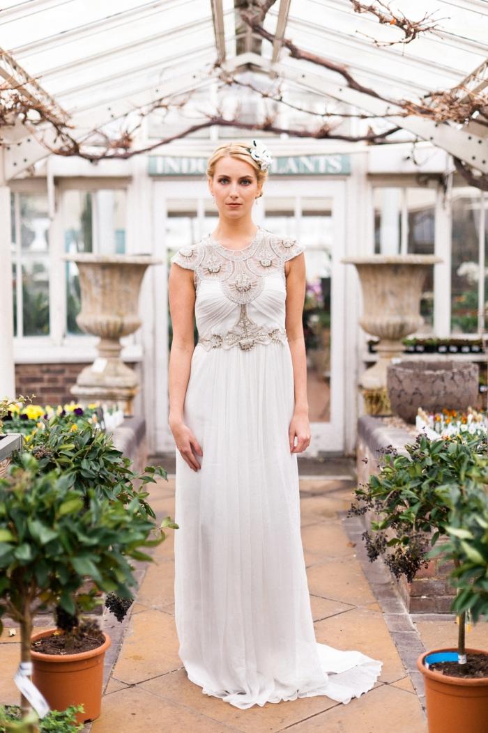 robe de mariée empire d'une coupe fluide et légère, à dos semi-nu et aux appliques en dentelle sur le bustier et sur la taille
