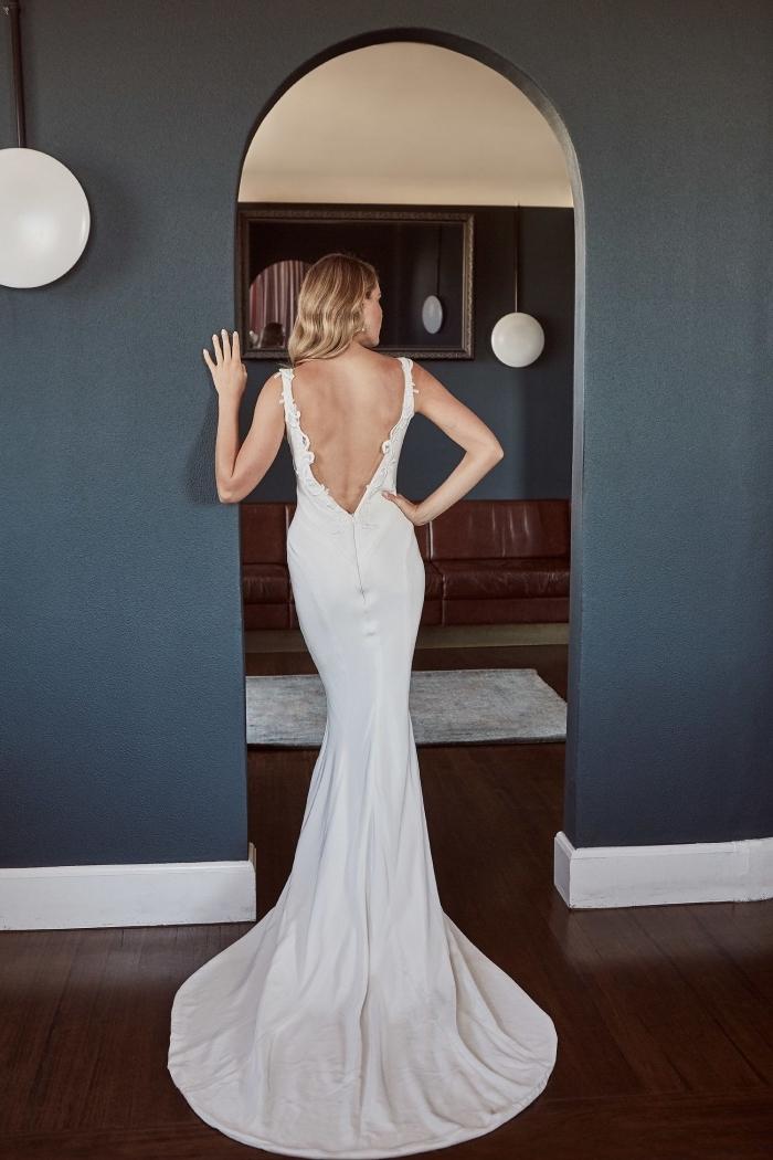 robe de mariée sirène d'une coupe cintrée parfaite, à grand décolleté dos en met en valeur les courbes féminines