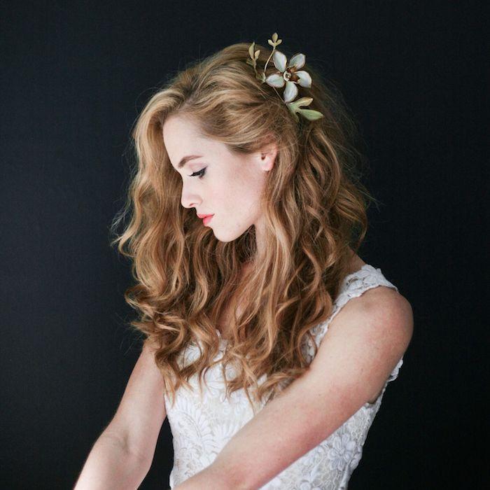 Coiffure invité mariage, coiffure mariage cheveux ondulés à côté, accessoire fleur dans les cheveux, belle coiffure chic