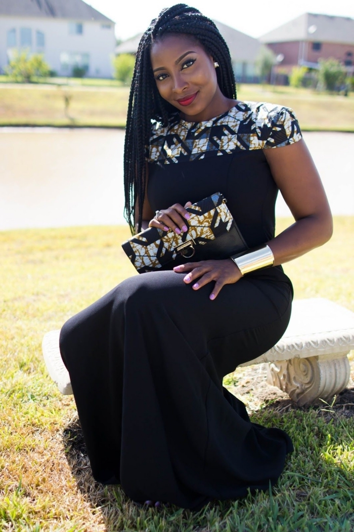 look chic en robe de soirée longue noire, adoptant l'imprimé wax par petites touches sur le bustier et le sac pochette