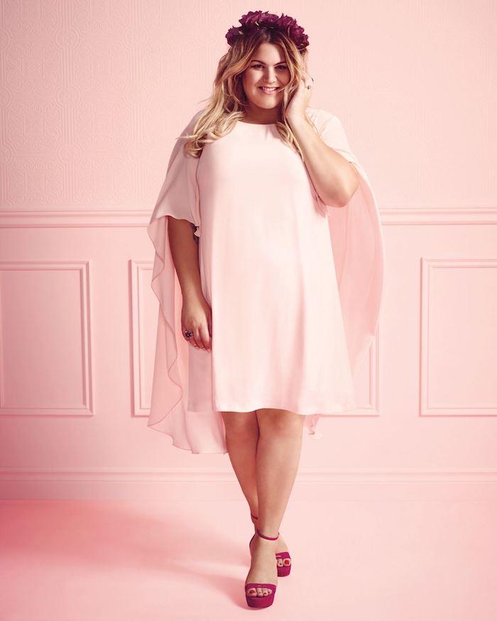 robe femme ronde rose fluide combinés avec des chaussures fuchsia et une couronne de fleurs, étole rose clair