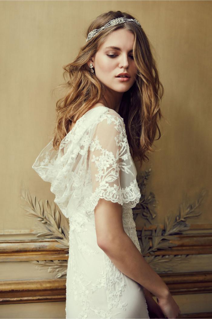 Cheveux ondulés boheme, coiffure mariage simple, le style bohème simple, robe de mariee avec manche courte dentelle