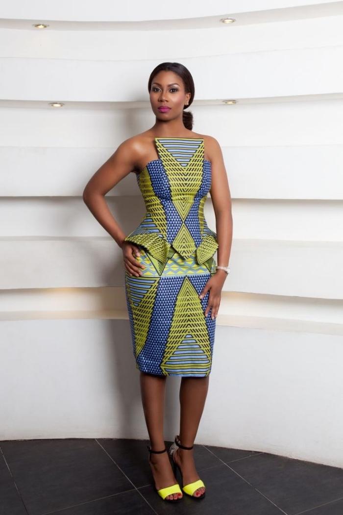 robe péplum structurée à motifs graphiques en jaune et bleu pour une tenue africaine à la fois formelle et moderne