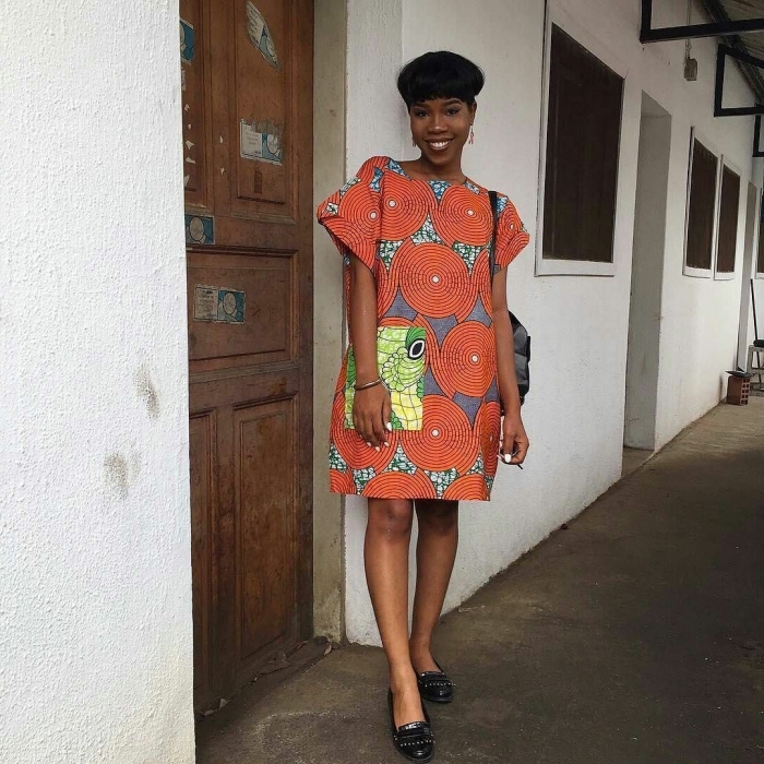 robe tunique à manches évasée avec poche contrastant combinée avec des derbies en cuir noir, modele wax versatile et confortable