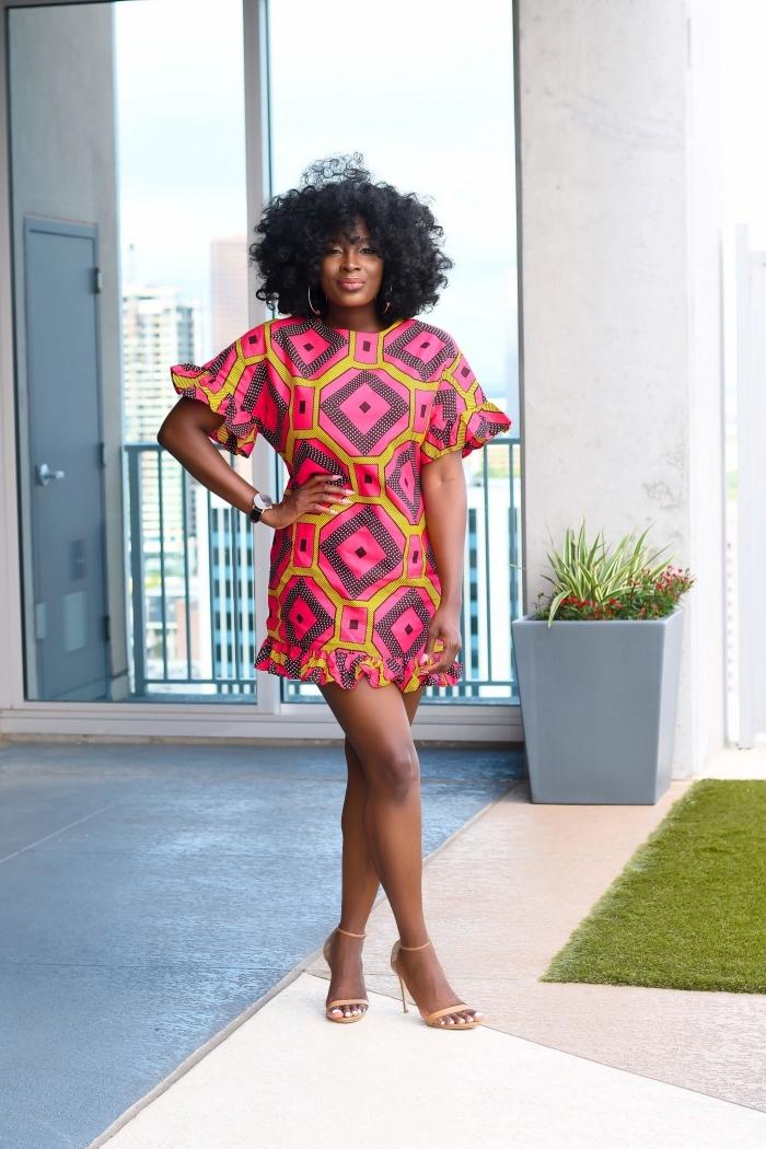modele de robe africaine courte à motifs graphiques rose et jaune qui séduit avec ses manches originales et ses petits volants