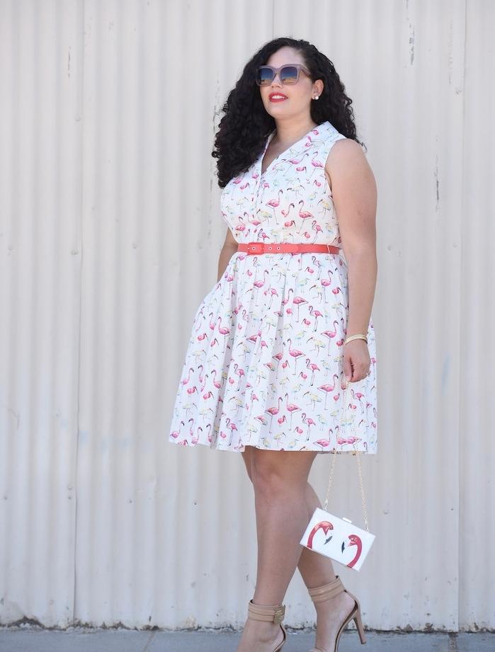 imprimé flamant rose sur une robe blanche avec ceinture sur la taille, col en v et pochette flamant rose, lunettes de soleil