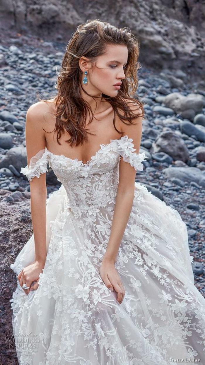robe de mariée bohème, robe boheme mariage, robe champetre chic, femme aux épaules dénudées assise au bord de la mer