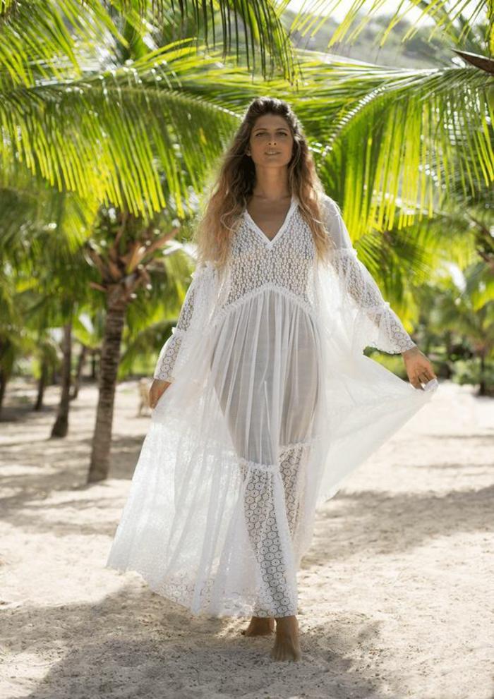 robe champetre chic, robe longue boheme chic, modèle long, tenue boheme chic, femme aux cheveux longs qui marche au milieu de palmes