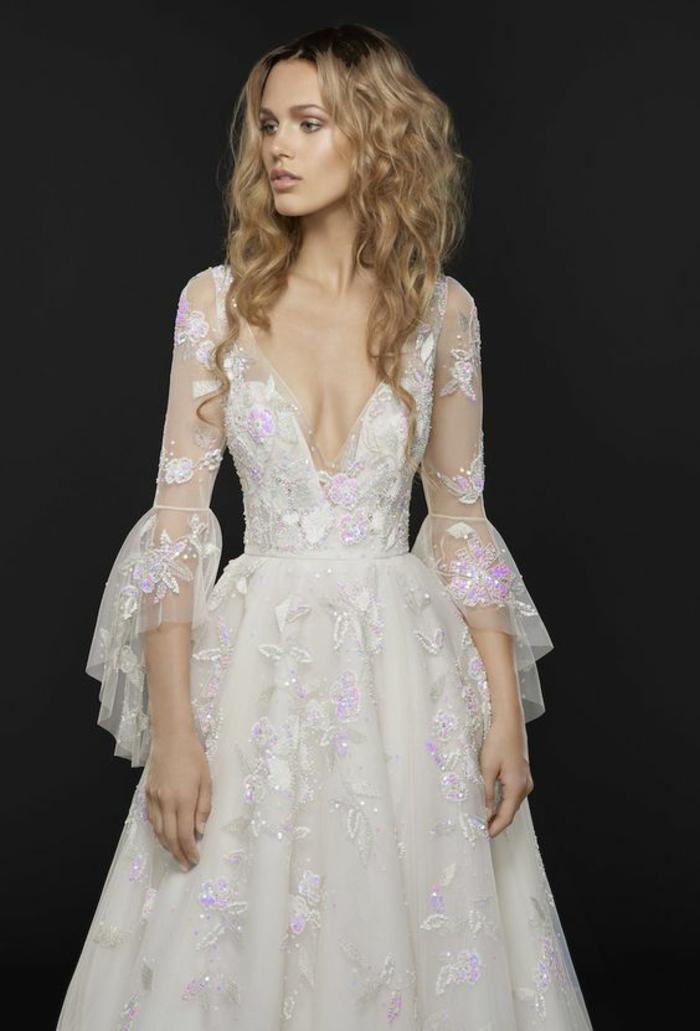 robe longue boheme chic, vetement boheme romantique, robe mariée bohème, manches évasés 3-4 avec des volants, détails en fil rose