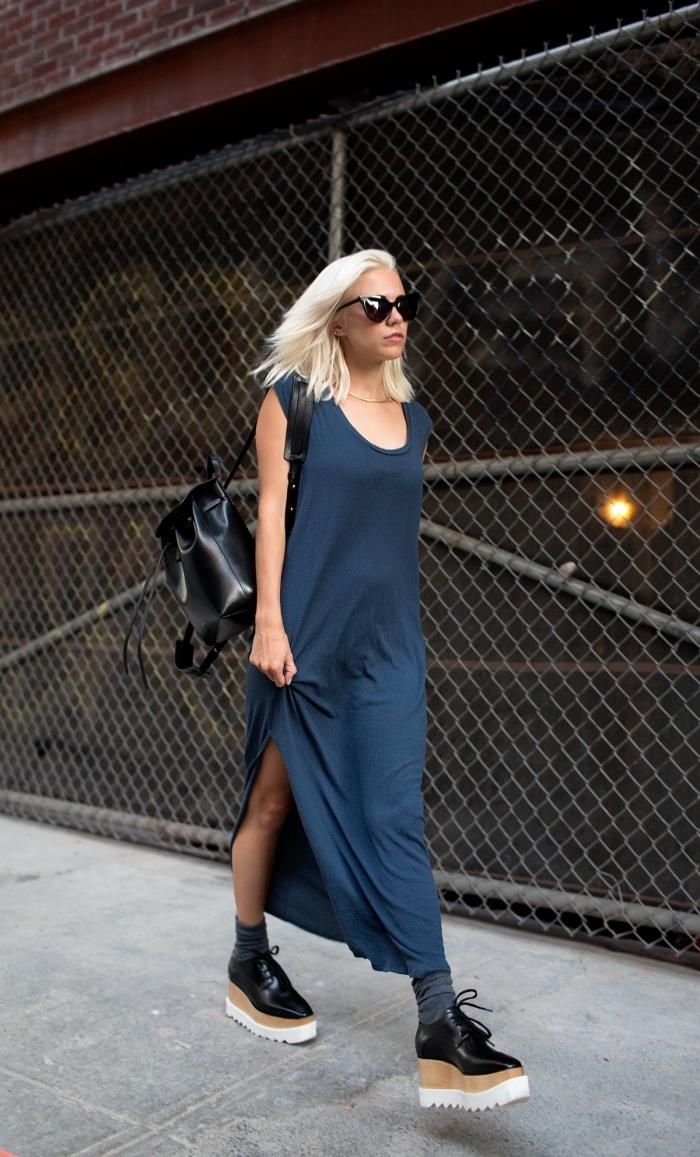 look décontracté en robe longue bleu foncé assortie avec chaussures à plateformes noires et sac à dos cuir noir