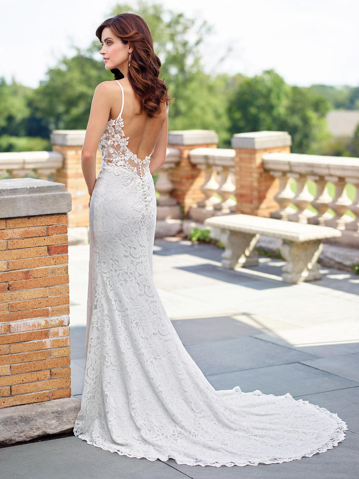 modèle de robe de mariée dentelle dos nu orné de petits boutons avec une traîne majestueuse