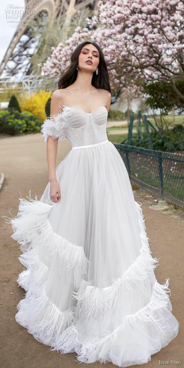 robe boheme mariage, robe longue boheme chic, vetement boheme romantique, bustier et manches tombantes ornés de plume