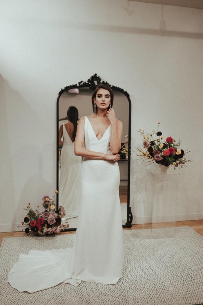 robe de mariée bas nu à décolleté plongeant en v qui s'harmonise avec l'encolure de devant pour apporter une touche féminine à la coupe simple et fluide