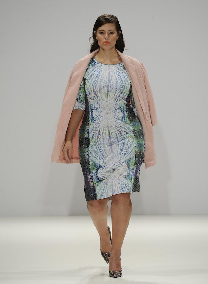 exemple de robe de soirée grande taille dessinant les rondeurs, inspiration galaxie avec un manteau rose clair