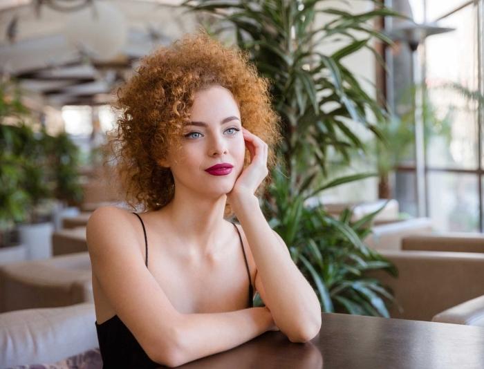 idée de coiffure simple pour coupe cheveux frisés naturel à effet blow out, exemple de coloration cuivrée sur cheveux crépus