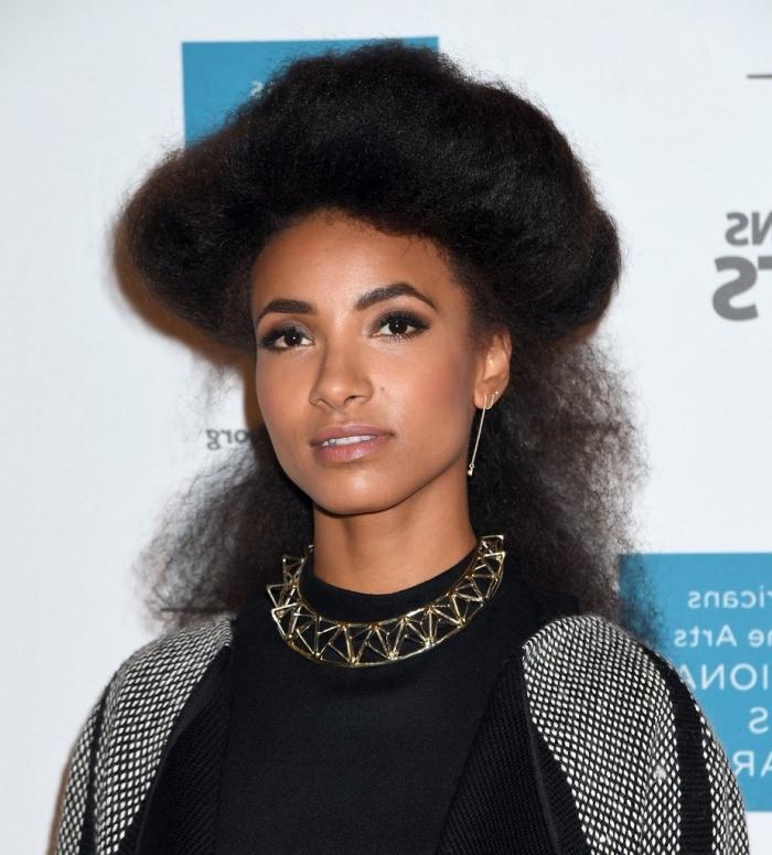 modèle de coiffure pour cheveux longs crépus semi-attachés avec volume sur le haut, idée de coiffure cheveux volumineux
