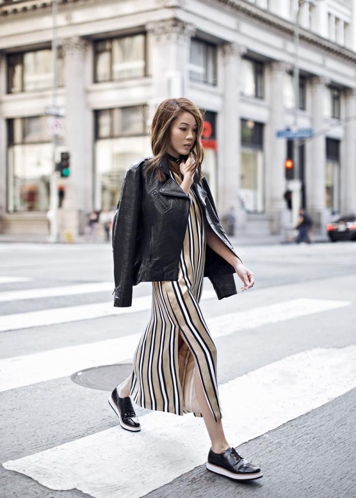 vision moderne chic en robe longue rayée à design casual combinée avec une veste cuir noir et une paire de chaussure derby femme