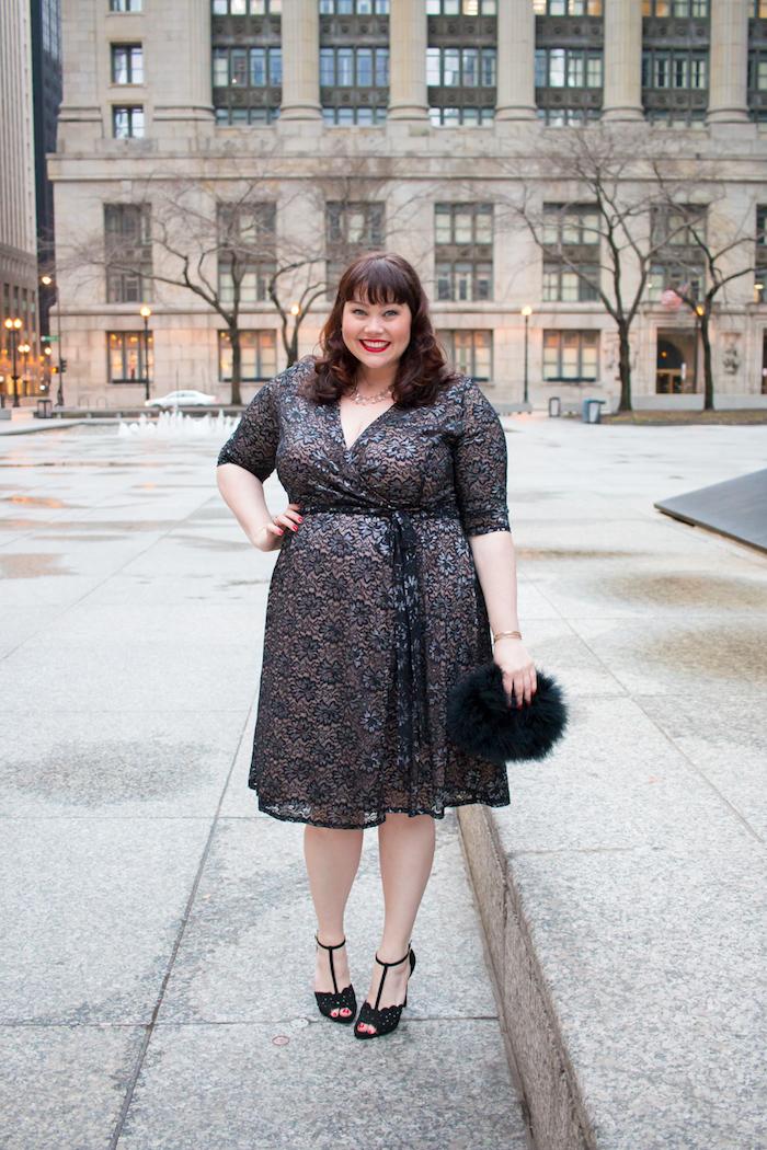 modele de robe trapèze noir et marron à imprimé fleuri, chaussures noires, robe ceremonie grande taille