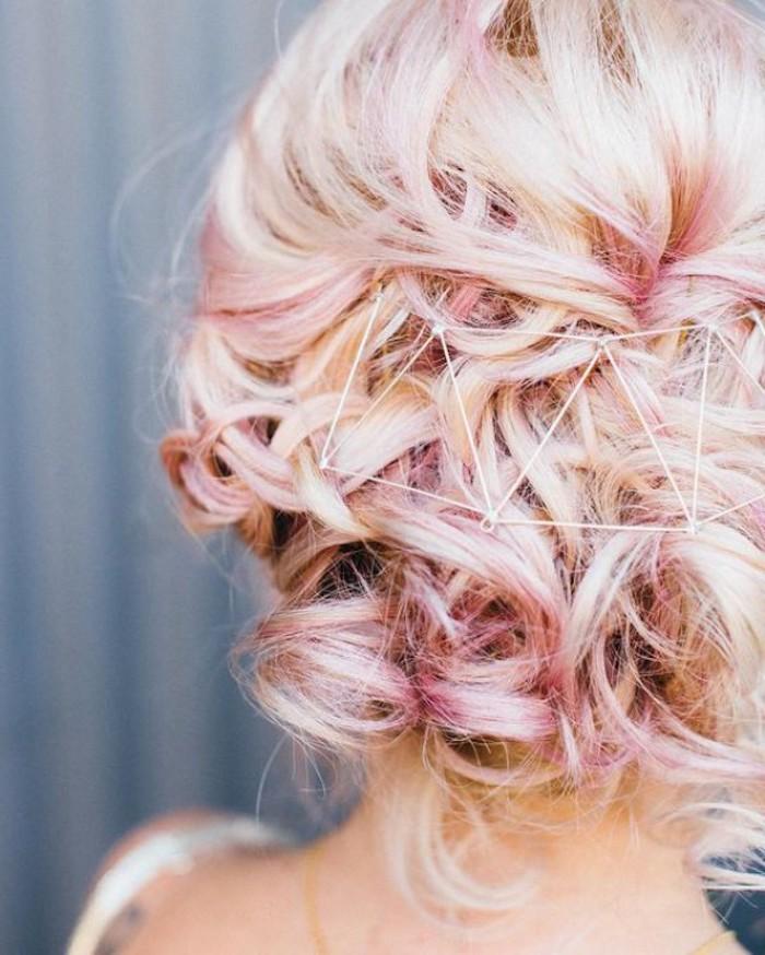 Coiffure mariage bohème sur cheveux balayage rose sur blonde, la meilleure idée pour le jour j de coiffure simple et chic, accessoires hipster
