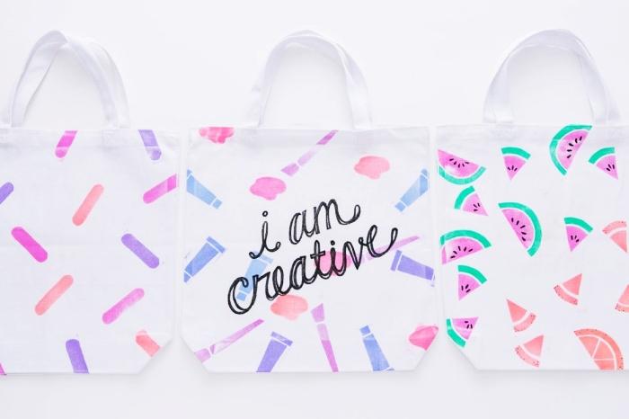 petit sac cabas blanc avec dessins colorés et mots en fil broderie noir, comment dessiner sur un tissu avec feutres ou peinture pour textile