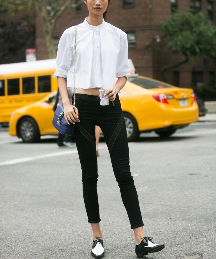 tenue en blanc et noir avec top crop blanc et pantalon slim noir assortis avec une paire de derbies en blanc et noir, comment porter des derbies