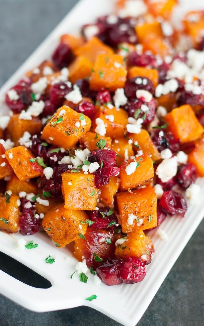 salade vitaminée à la courge, aux canneberges et au fromage qui sera l'accompagnement idéal pour vos plats d'automne et d'hiver