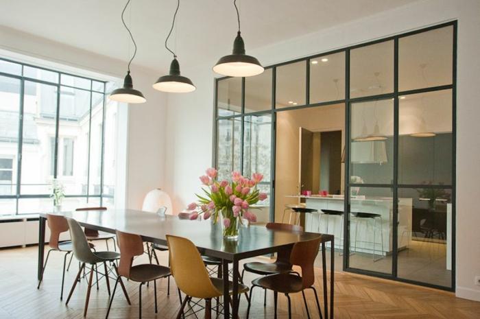 petite cuisine avec verriere, grande table de repas rectangulaire, chaises scandinaves, lampes loft