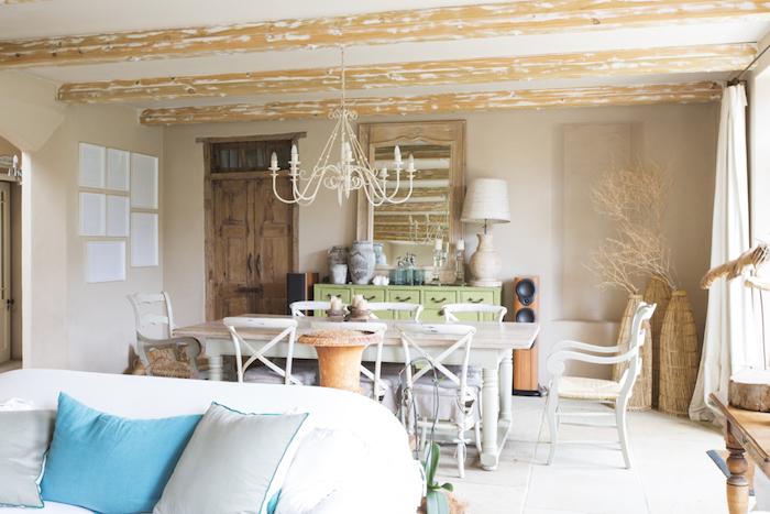 maison campagne deco avec table et chaises de bois, carrelage sol blanc, poutres apparentes bois, lustre élégant, vaisselier bas vert pistache