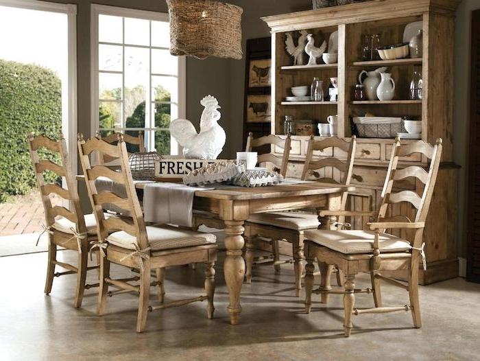 meubles de bois, table, chaises vaisselier bois brut, deco champetre, vaisselle blanche, statuette coq, suspension campagne chic