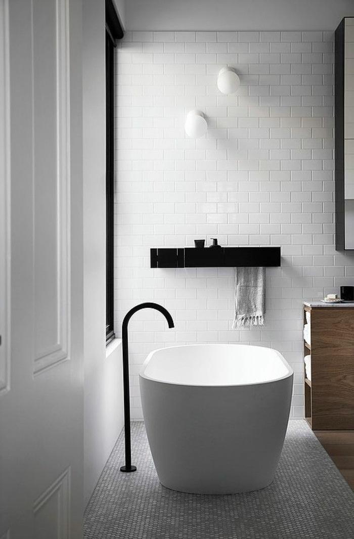 pinterest salle de bain, déco salle de bain zen, decoration petite salle de bain, murs carrelage blanc effets de briques, deux luminaires ronds en verre blanc mat