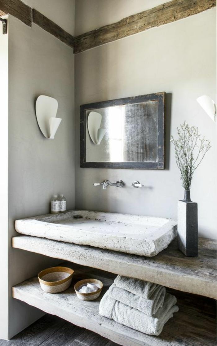 petite salle de bain moderne, étagères de rangement en bois clair, miroir rectangulaire au cadre noir effet usé, salle de bain 5m2
