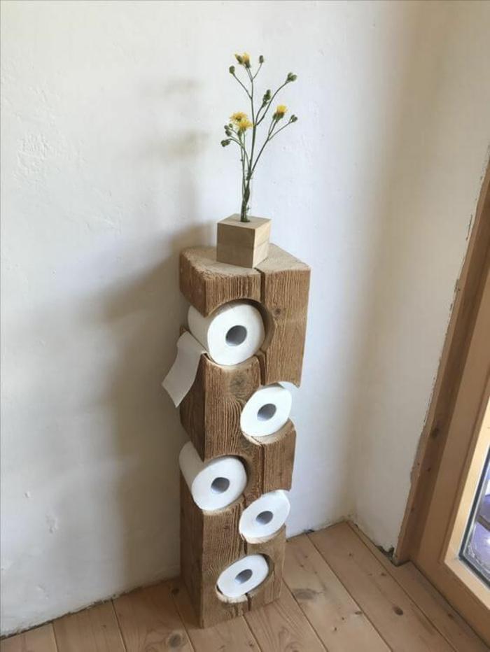 salle de bain zen et chaleureuse, déco salle de bain zen, meuble en bois rude pour ranger les rouleaux de papier toilette, sol recouvert de bois