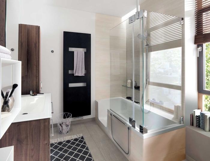 comment intégrer une baignoire douche dans un petit espace, déco salle de bain en blanc et bois foncé avec sèche-serviettes noire
