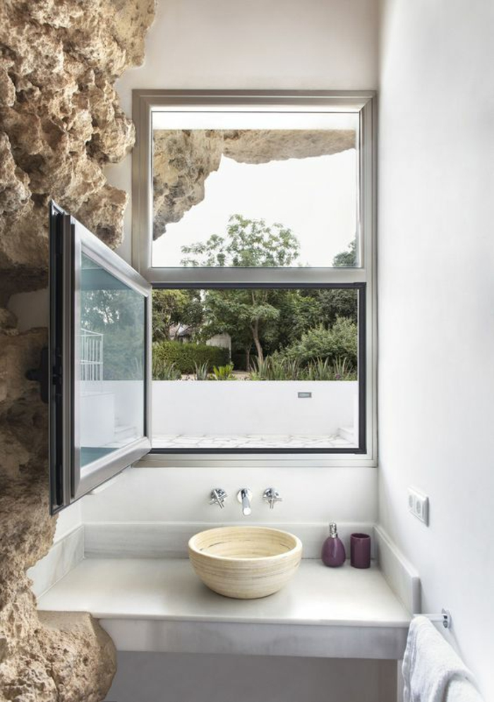 salle de bain 5m2, salle de bain blanche, petit lavabo en couleur ivoire, murs revêtus de matière en pierre qui imite une roche