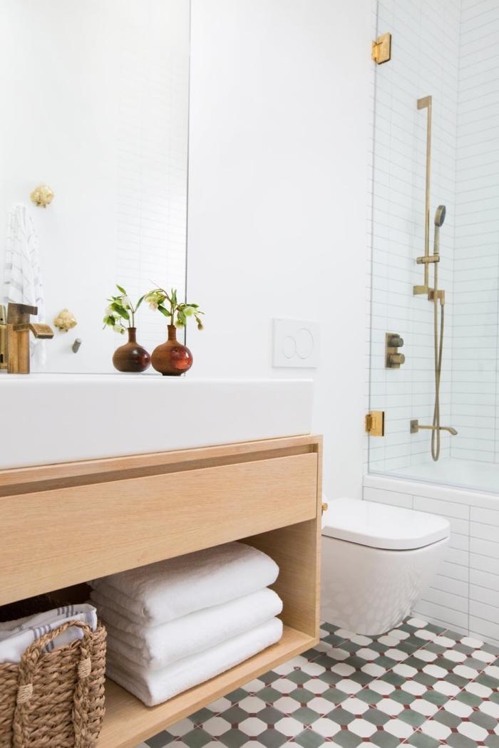 carrelage aspect carreaux de ciment au sol de cette salle de bains moderne en bois et blanc avec douche en carrelage métro blanc