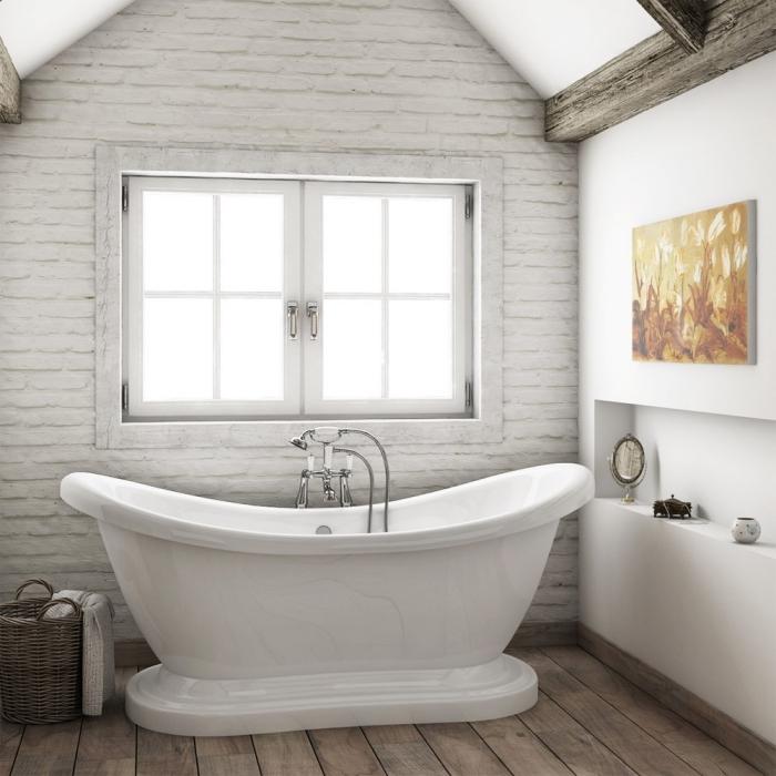 modèle de salle de bain sous pente en murs blancs avec rangement gain place niche murale, design intérieur style rustique moderne