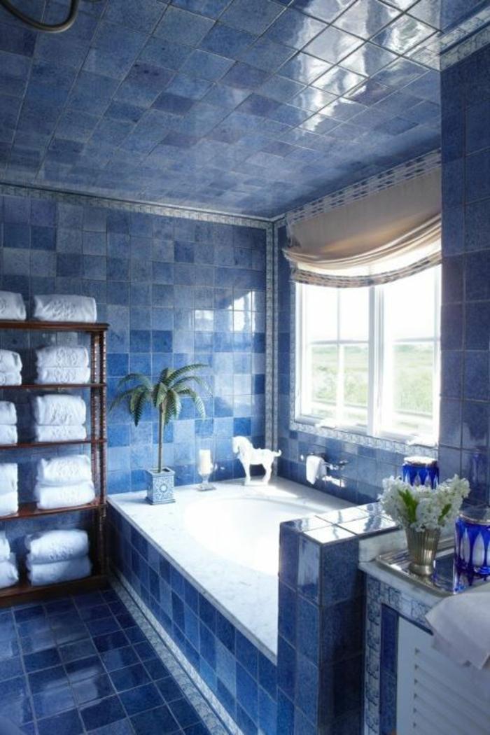 petite salle de bain avec baignoire, salle de bain 5m2, carrelage bleu, meuble de rangement de serviettes en bambou, petite salle de bain avec baignoire