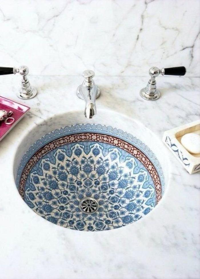pinterest salle de bain, lavabo rond avec fond décoré de motifs en bleu, blanc et orange en style arabe, petits éviers en couleur argent, plan de surface en marbre blanc avec des fines nervures noires