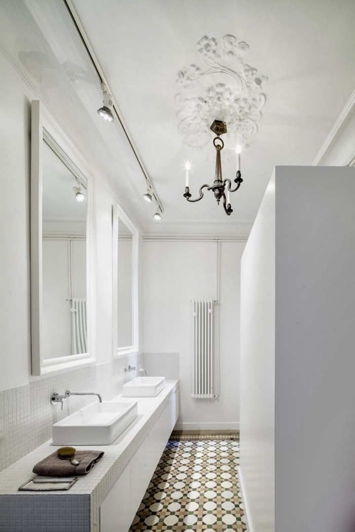 salle de bain en carreaux de ciment, une cuisine monochrome aménagée en longueur avec carreaux de culent salle de bains à motifs rétro qui dynamisent l'intérieur blanc