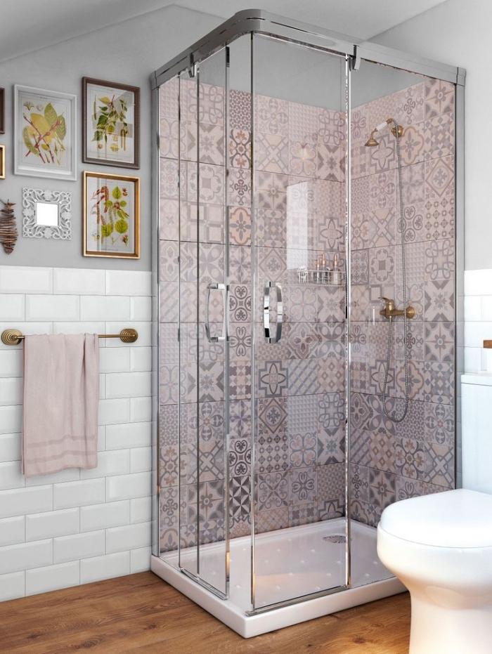 jolie faience carreaux de ciment à motifs patchwork rose poudré qui délimite la douche et apporte une touche de douceur dans la salle de bains gris et blanc