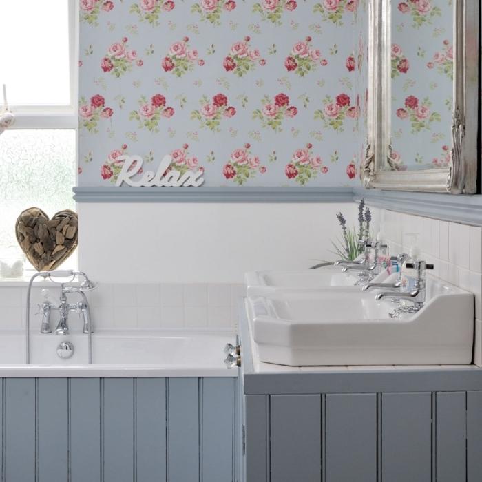 un lé papier peint fleuri en-dessus de la baignoire, qui s'accorde avec la déco rustique de la salle de bains pour créer une ambiance romantique et nostalgique