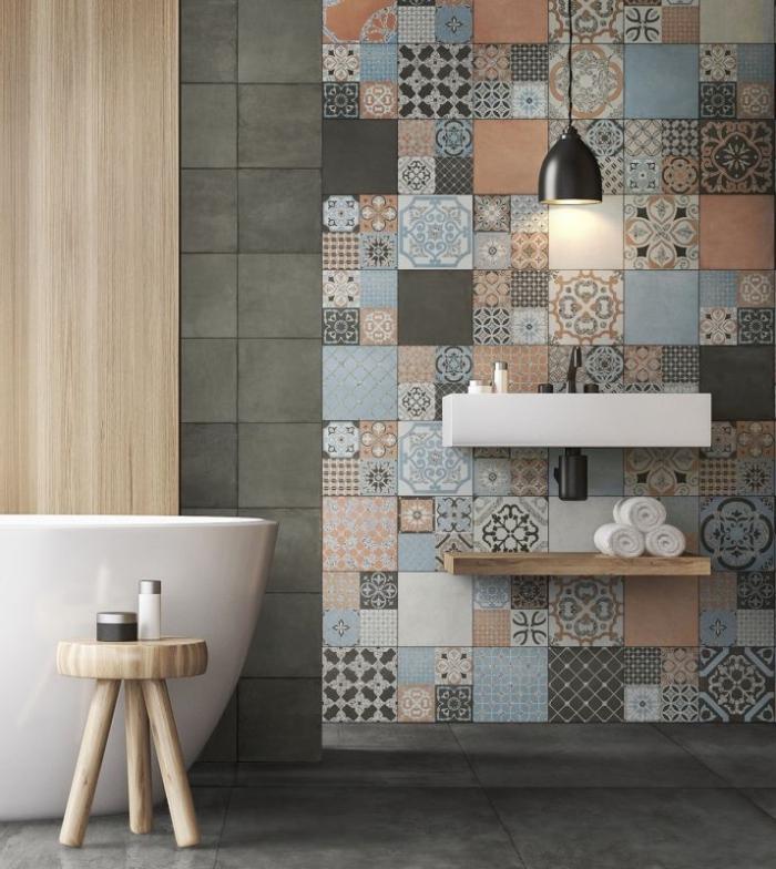 des carreaux de ciment patchwork posés derrière le plan vasque suspendu dans cette salle de bain zen aux accents en bois naturel