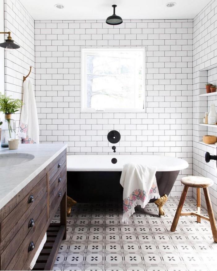 une salle de bains au charme d'antan avec ses meubles chinés et son carrelage imitation carreaux de ciment à motifs rétro