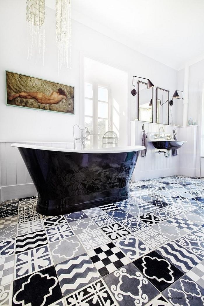 salle de bains design en carreaux de ciment patchwork en noir et blanc aux accents vintage