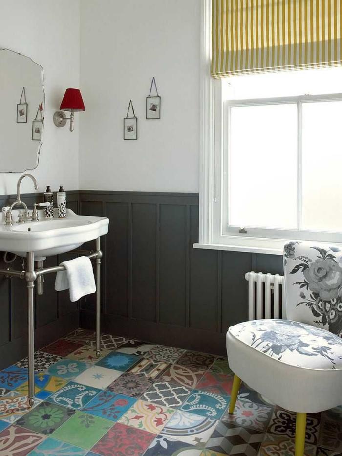 revêtement de sol vintage en carreaux de ciment patchwork colorés en contraste avec le lambris gris et le lavabo vintage
